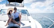 на картинке пара катается на яхте