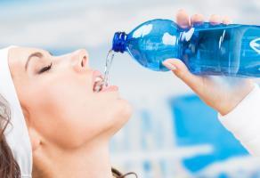 картинка:девушка пьет воду с бутылки