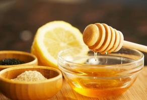 на картинке лимон с мёдом.
